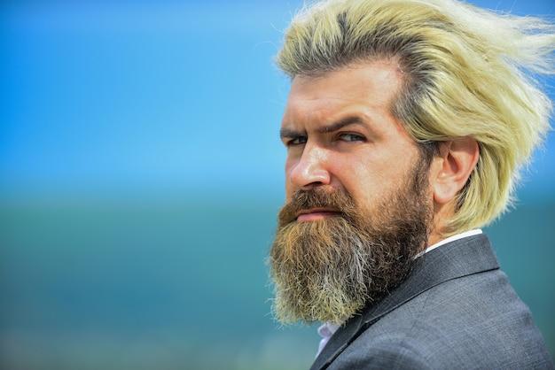 Échec de l'entreprise. visage sérieux. être brutal extérieurement. concept de crise personnelle. tristesse et problèmes. homme avec barbe et moustache. le visage strict de l'homme barbu a l'air triste et troublé. souffrez de problèmes.