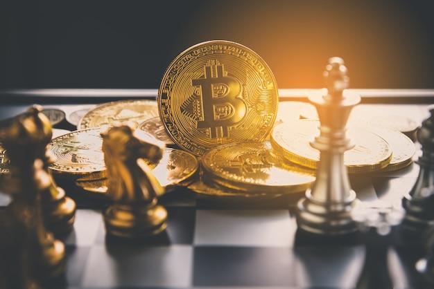 Échecs avec des bitcoins de pièces de monnaie dans les coulisses