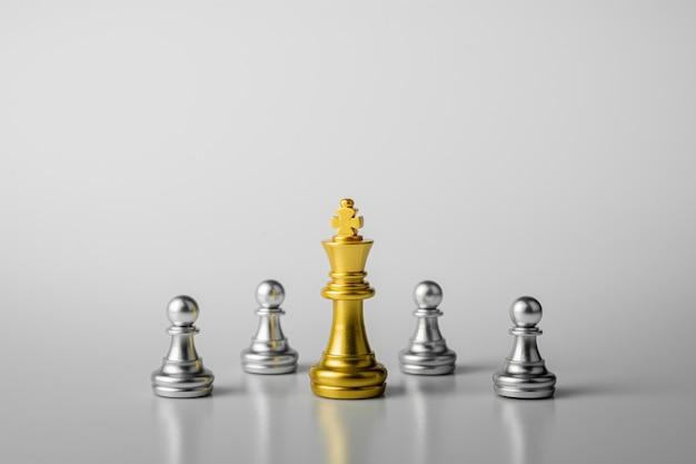 Les échecs du roi d'or debout rencontrent des ennemis.