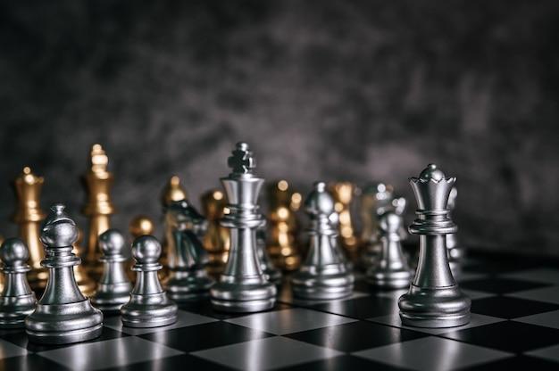 Échecs d'or et d'argent sur le jeu d'échecs pour le concept de leadership métaphore de l'entreprise