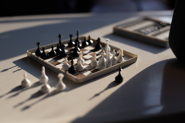 Échecs de voyage atteindre la main pour que les échecs fassent un mouvement