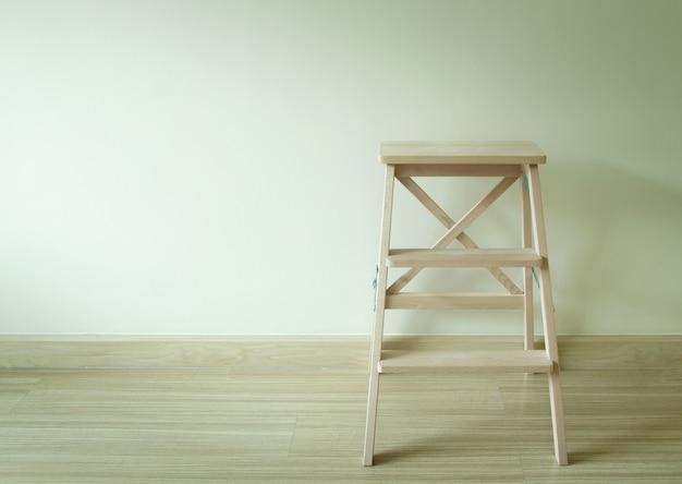 Échelle en bois dans la pièce