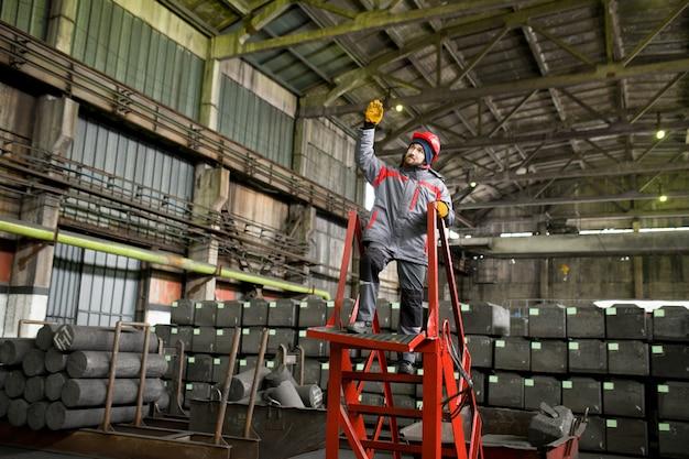 Échelle d'escalade de travailleur d'usine