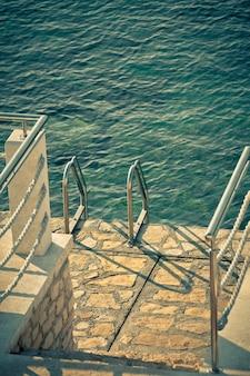 Échelle à la mer. prise de vue filtrée verticalement