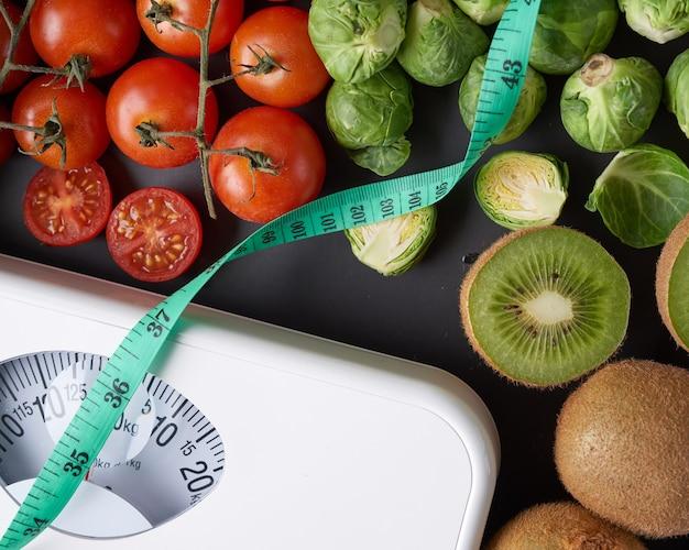 Échelle de perte de poids avec centimètre. vue de dessus.