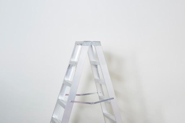 Échelle pliable escabeau sur fond blanc