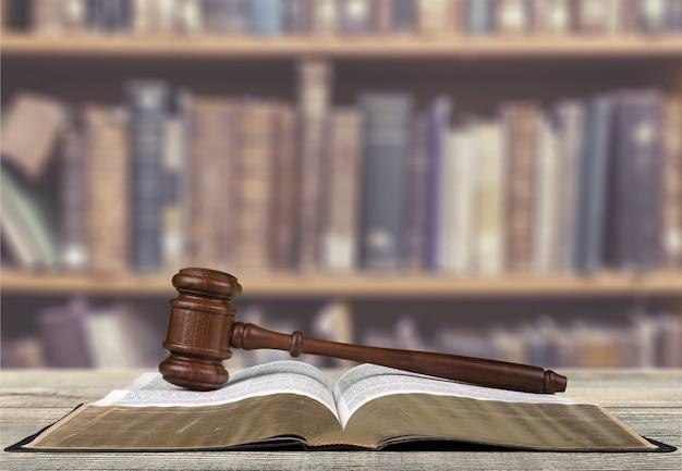 Échelles de justice et livre et marteau en bois sur table. notion de justice