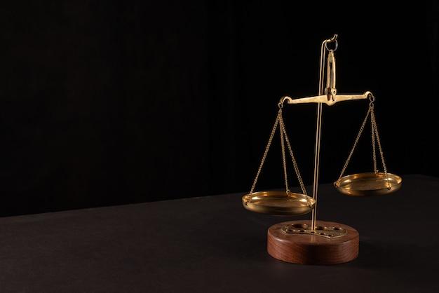 Échelles de loi rétro sur table. symbole de justice.