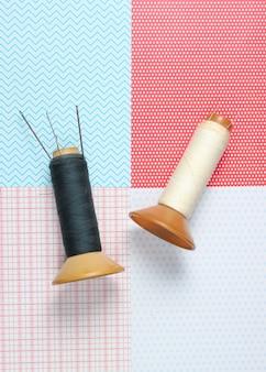 Écheveaux de fil rétro avec des aiguilles sur la vue créative et de dessus