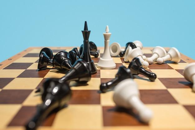 Échiquier et concept de jeu d'idées commerciales et de concurrence.