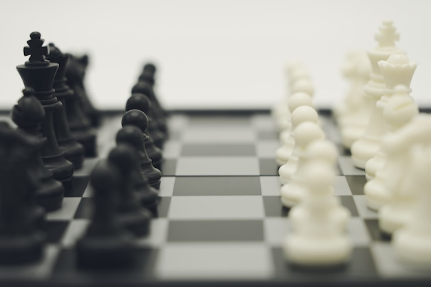 Échiquier avec une pièce d'échecs à l'arrière négociation en entreprise.