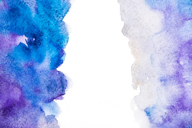 Éclaboussure de couleur de l'eau dessiné main sur fond blanc
