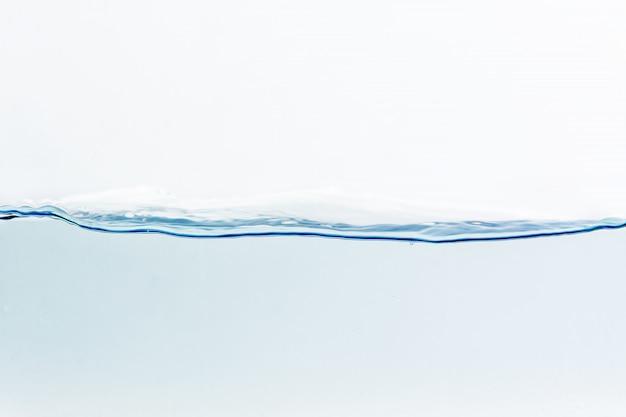 Éclaboussure d'eau avec des bulles d'air, isolé sur fond blanc