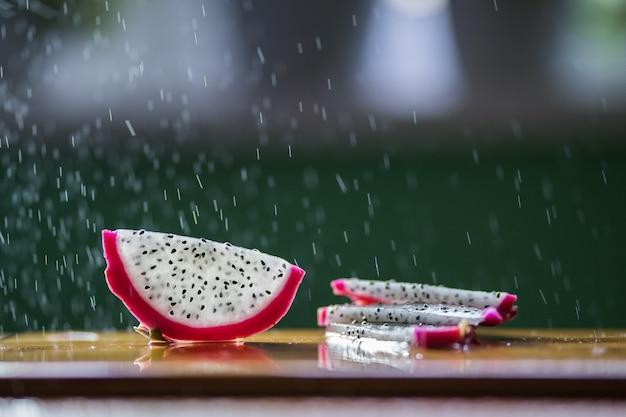 Une éclaboussure d'eau coule dans le pitaya