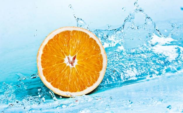 Éclaboussure d'eau douce sur orange