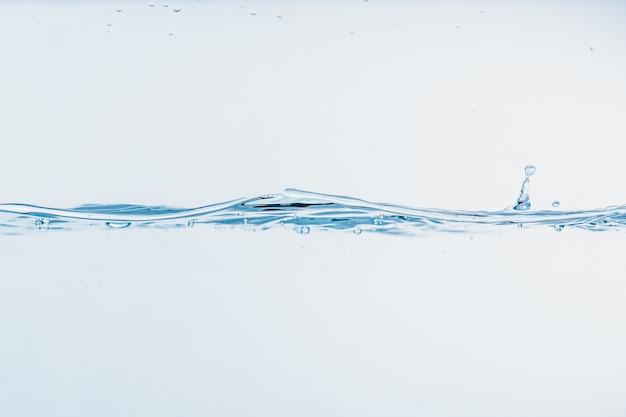 Éclaboussure de l'eau en gros plan des éclaboussures d'eau formant forme isolée sur fond blanc.