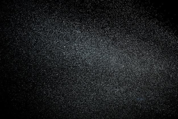 Éclaboussure d'eau isolée sur fond noir