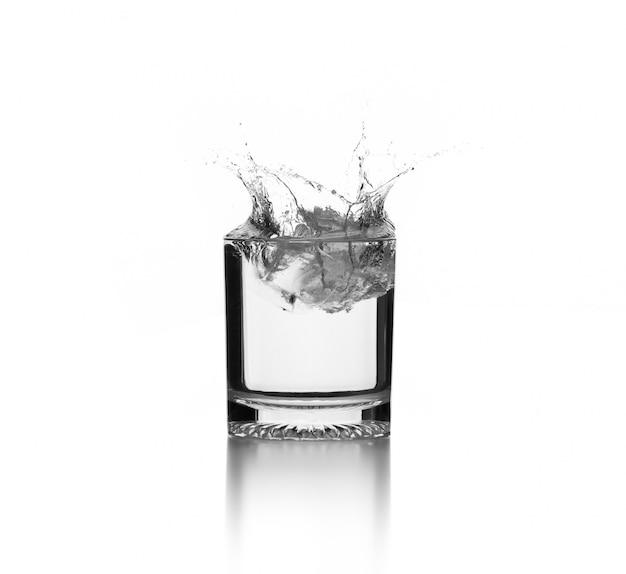 Éclaboussure d'eau sur verre avec glaçon