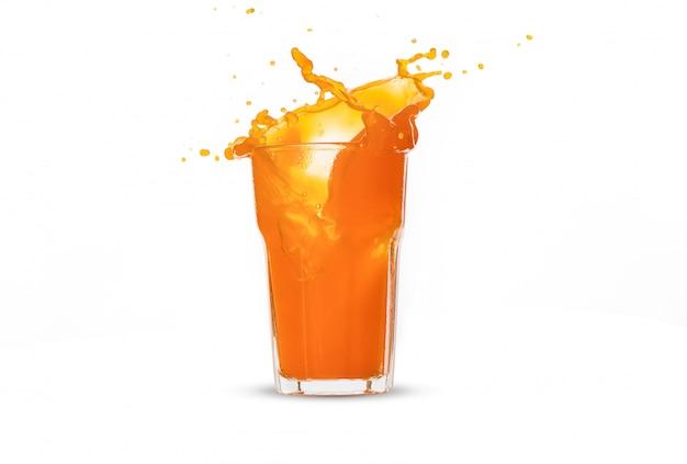Éclaboussure de jus d'orange en verre sur fond blanc