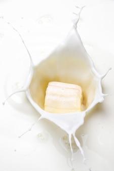 Éclaboussure de lait avec un morceau de banane.