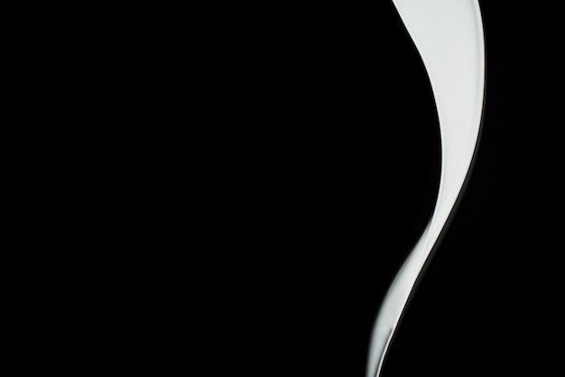 Éclaboussure de peinture blanche isolée sur fond noir.