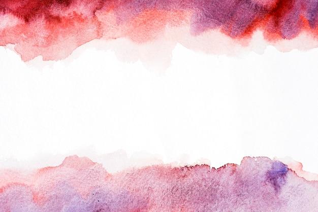 Éclaboussure de pinceau aquarelle rouge et violet mixte sur fond blanc