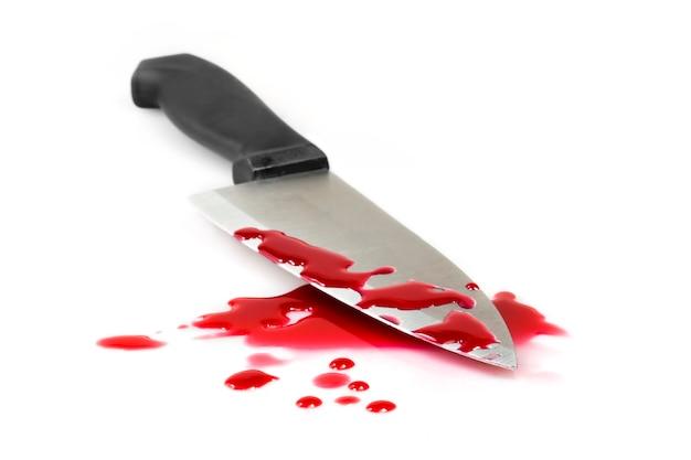 Éclaboussure de sang rouge avec un couteau de cuisine