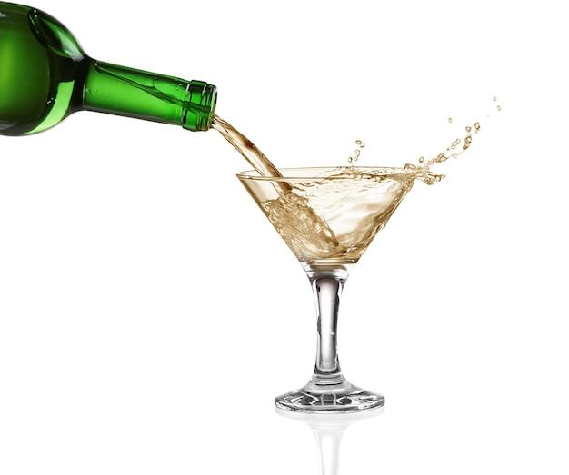 Éclaboussure de vin blanc isolé sur blanc