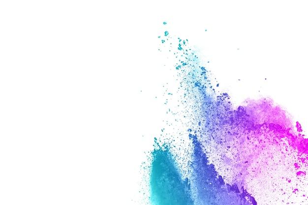 Éclaboussures abstraites de poudre bleu-rose sur fond clair.