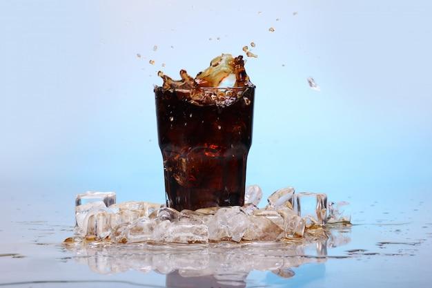Éclaboussures de boisson au cola froide