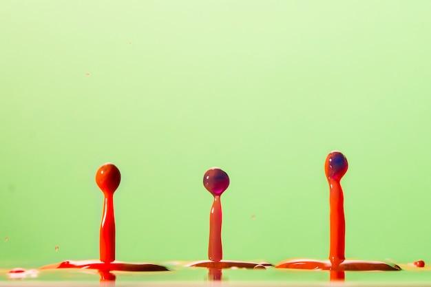 Des éclaboussures colorées d'eau