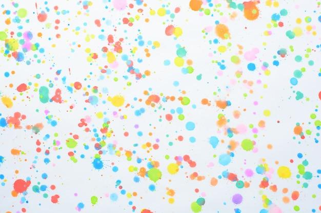 Éclaboussures colorées sur fond blanc
