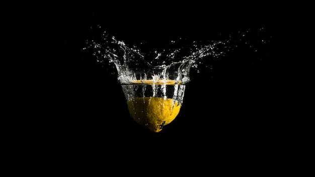 Éclaboussures d'eau de la surface du liquide