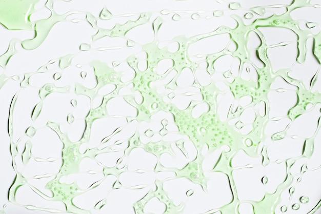Des éclaboussures d'eau verte