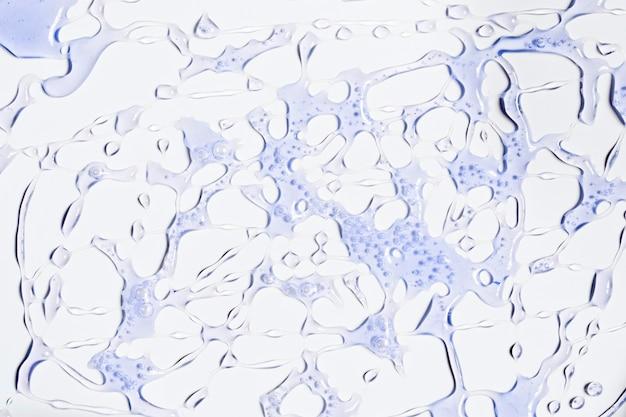 Des éclaboussures d'eau violette