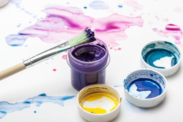 Éclaboussures de peinture aquarelle et fournitures de peinture