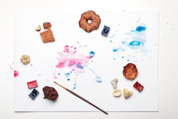 Des éclaboussures de peinture à l'aquarelle et des fournitures de peinture