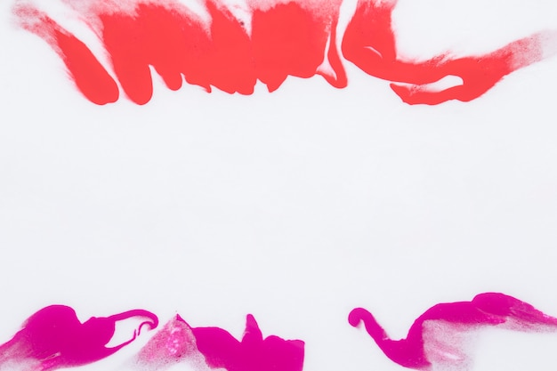 Éclaboussures de peinture de couleur rose et orange isolé sur fond blanc