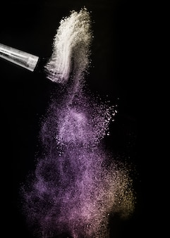 Éclaboussures et pinceau de poudre or et violet