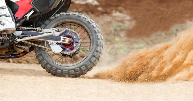 Éclaboussures de poussière d'une moto d'enduro