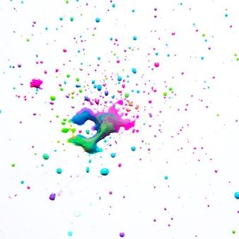 Éclaboussures salissantes de peinture sur blanc
