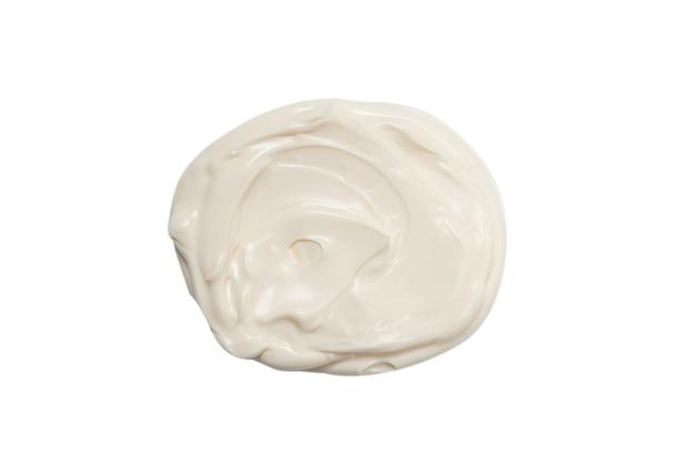 Éclaboussures de sauce blanche isolées sur fond blanc.
