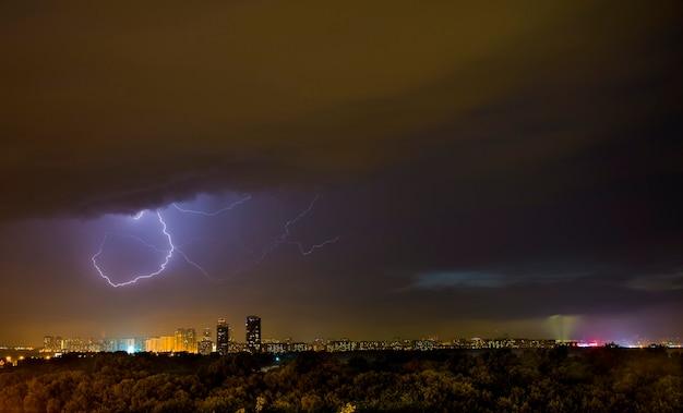 Éclair d'été frappant dans la ville de moscou la nuit