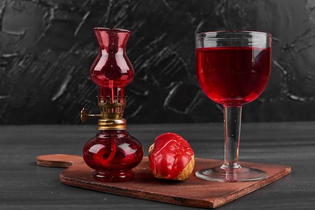 Eclair à la fraise avec un verre de vin.