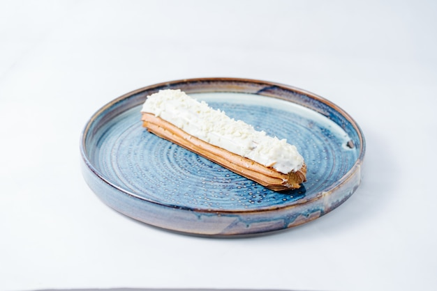 Éclair long garni de crème blanche