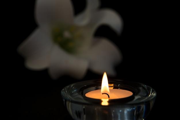 Éclairage de bougie de lumière de thé dans le support en verre