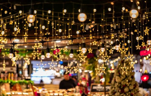 Éclairage de décoration d'hiver de noël étoile dans le marché en plein air