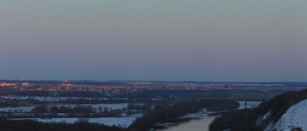 Éclairage du soir sur la ville. heure du coucher du soleil dans le ciel crépusculaire. vue panoramique de dessus du quartier résidentiel.