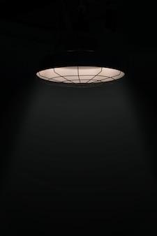 Éclairage des lampes au plafond et fond sombre