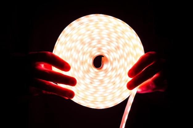 Eclairage led à diode à bobine rouge en main